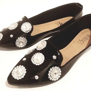 ADORABLE, BLACK POINTY TOED BLINGY FLATS 10